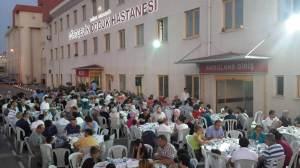 In Bursa diniert die AKP-Moslemelite...vor der Notaufnahme