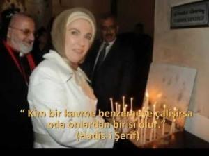 Erdogans Frau beim anzünden von Kerzen in einer Kirche in Istanbul
