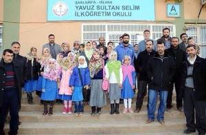 Nach dem neuen AKP-Gesetz ist das Kopftuchverbot an Grund und Mittelschulen gestrichen worden. Eifrige Fanatiker schicken ihre Kinder nun mit Kopftuch in die Schule - entgegen den Geboten des Koran -