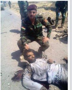 Stolz posiert ein Kurde mit einer Leiche. Der Unterschied zur ISIS?
