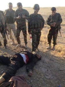 Kurdische Peshmerga posieren für das Internet. Ob der Gegner exekutiert wurde oder nicht. Keiner wird es je herausfinden