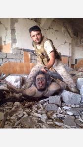 Für die Propagandakanäle der Kurden posiert dieser Peshmerga
