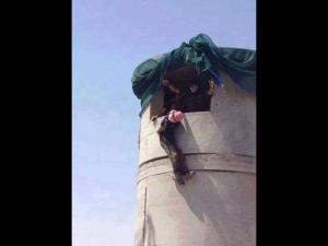 Peshmerga hängen einen getöteten ISIS-Terroristen aus dem Fenster