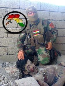 Dieser kurdische Peshmerga posiert für die sozialdemokratische Untersützung der SPD, mit nationalistischen Grüßen für ein Großkurdistan