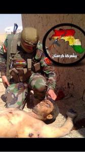 Dieser kurdische Peshmerga posiert für die christliche Untersützung der CDU, mit nationalistischen Grüßen für ein Großkurdistan