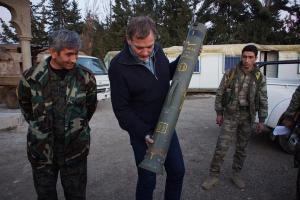 Stolz werden deutsche Raketenwerfer der PKK/PYD-Terrororganisation gezeigt