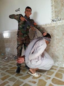 Kurdischer Peshmerga mit Gefangenem. Ob dieser Mann getötet wurde, ob er ein Gegner oder einfach nur sunnitischer Bauer war, keiner weiß es.
