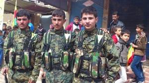 Kurdische Jungen an der Waffe, billig, beeinflussbar, leicht zu manipulieren