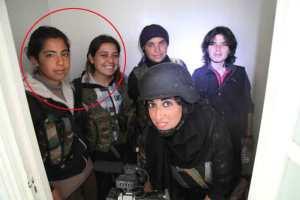 Eine ausländische Journalistin lichtet sich mit Kindersoldatinnen der PKK ab